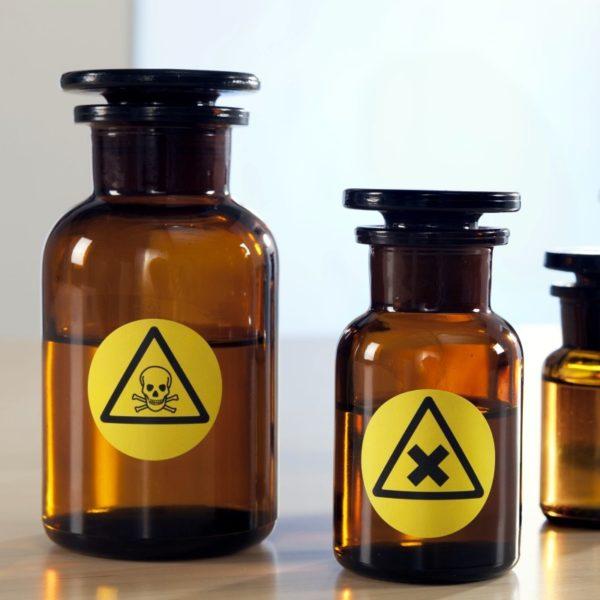 recipientes etiquetados con etiquetas de poliéster amarillo, impresas con láser, resisten a la intemperie